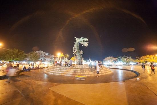 Suasana Patung Naga malam hari